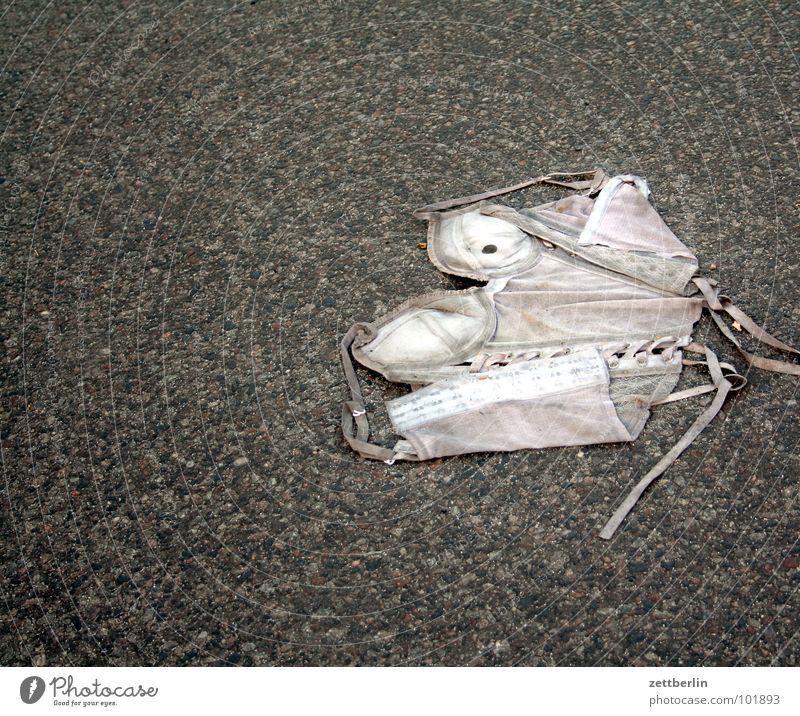 Unfall Asphalt Bekleidung Unterwäsche obskur Verkehrswege Straße unterbekleidung reizwäsche lingerie corsage erstaunt überfahren