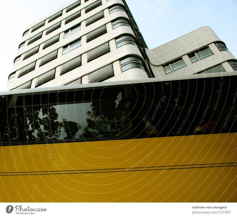 gegen die welt, gegen den strich... Himmel blau gelb Berlin Wellen modern Bus