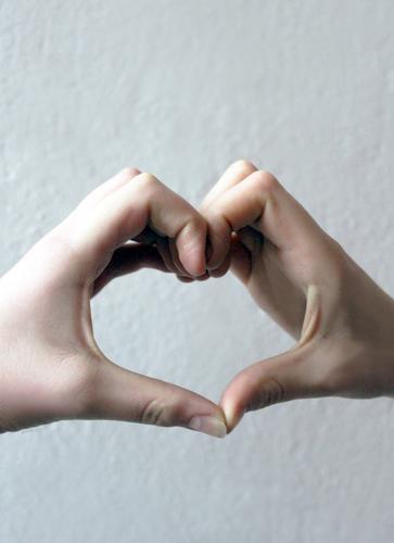 Herz zu verschenken Mensch Kind Jugendliche Hand Leben Liebe Gefühle Zusammensein Freundschaft 13-18 Jahre authentisch Kindheit Kreativität Coolness