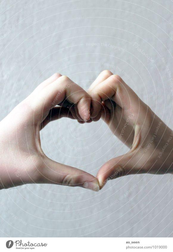 Herz zu verschenken Mensch Kind Jugendliche Hand Leben Liebe Gefühle Zusammensein Freundschaft 13-18 Jahre authentisch Kindheit Kreativität Herz Coolness Freundlichkeit