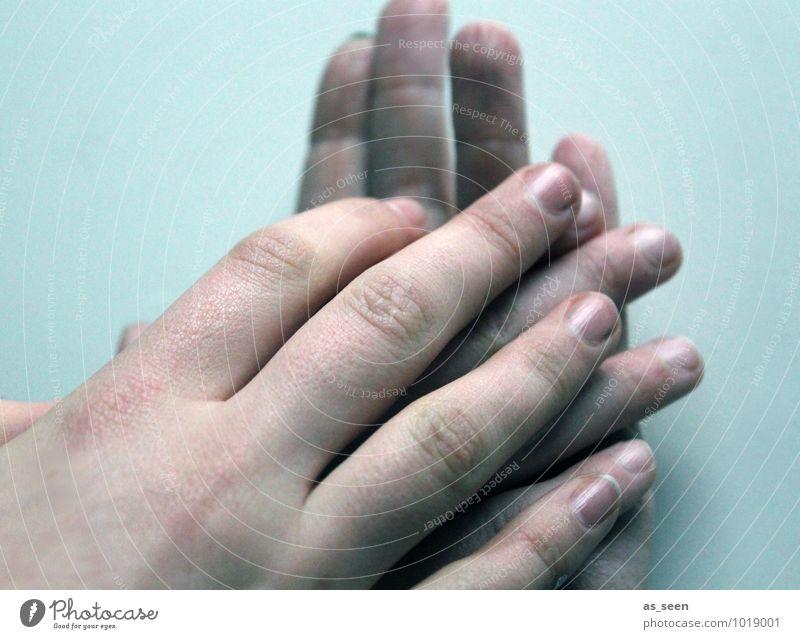 Zusammenhalt Mensch Jugendliche Hand Erwachsene Wärme Liebe Freundschaft liegen Zusammensein Familie & Verwandtschaft authentisch Kindheit Finger Warmherzigkeit