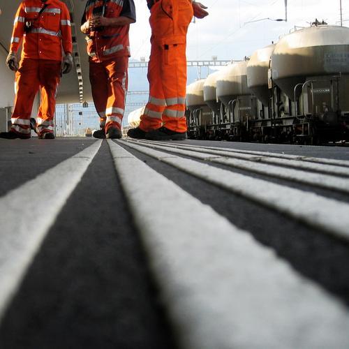 gestreift Arbeiter Bekleidung Streifen Pause Mitarbeiter Arbeitsbekleidung Eisenbahn Tankwagen Mann Arbeitshandschuhe Verkehr Bahnhof orange Bodenbelag sprechen