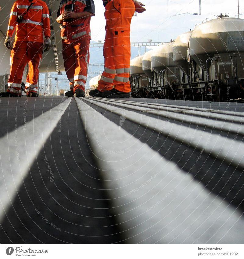 gestreift Mann sprechen orange Lastwagen Verkehr Eisenbahn Bekleidung Güterverkehr & Logistik Pause Bodenbelag Streifen Bahnhof Mitarbeiter Arbeiter Schutz