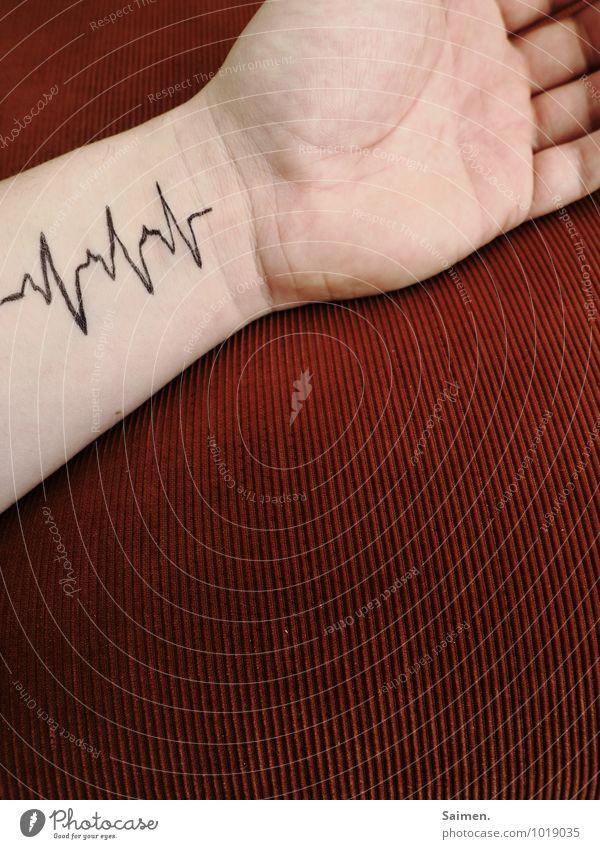 lebenslinie Körper Arme Hand Finger Gesundheit positiv Leben Herz gemalt Tattoo Farbfoto Detailaufnahme Textfreiraum rechts Textfreiraum unten