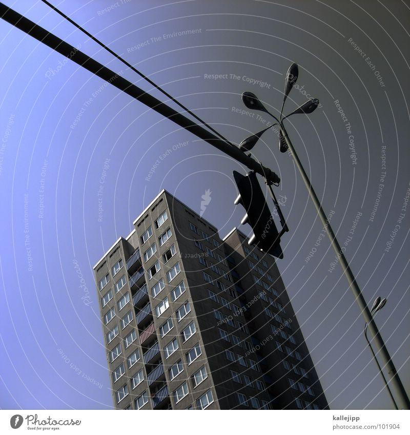 berliner pflanzen Hochhaus Balkon Laterne Lampe Straßenbeleuchtung Fassade Fenster Wohnanlage Stadt rund Pastellton Beton Etage Selbstmörder Raum Mieter Leben