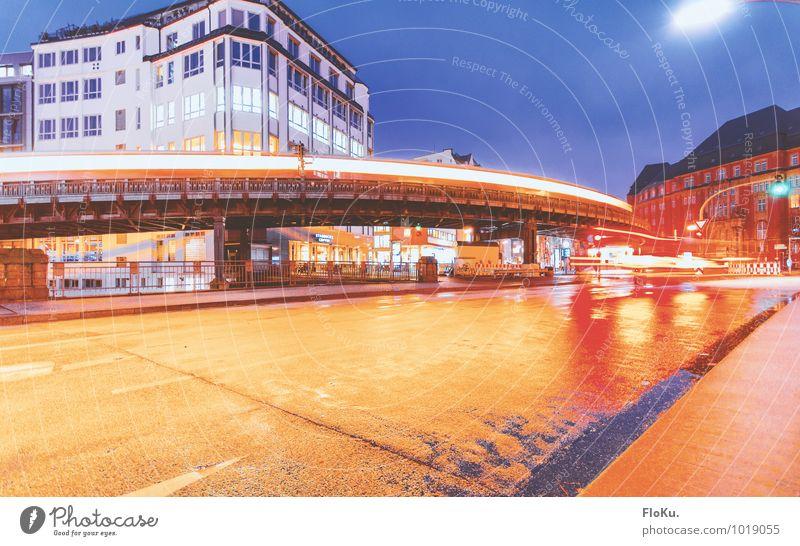 Hochbahn Stadt blau Straße orange Verkehr nass Hamburg Verkehrswege Stadtzentrum Personenverkehr U-Bahn Autofahren Straßenverkehr Hafenstadt Bahnfahren