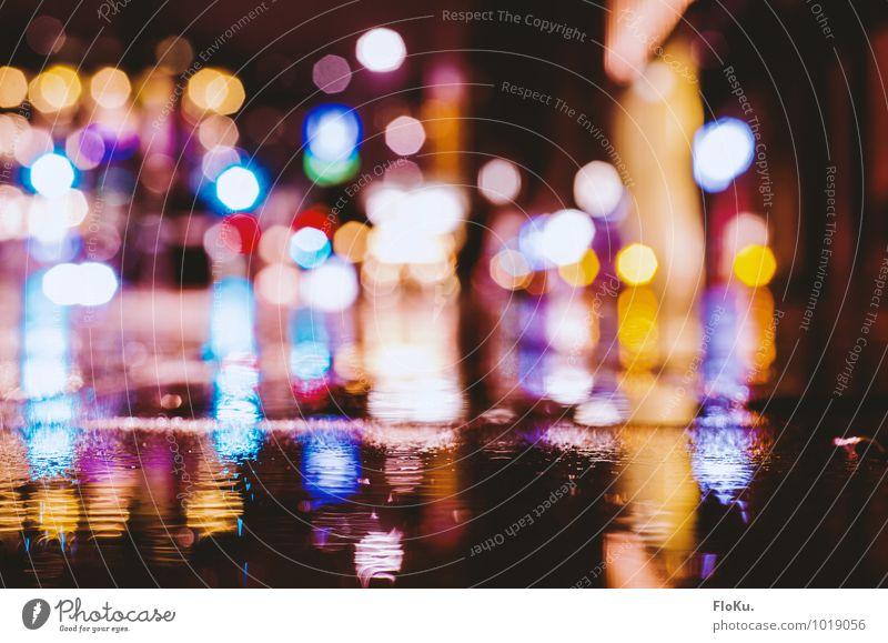 Stadtlichter in der Gosse Erde Wasser Regen Wege & Pfade nass violett orange schwarz Pflastersteine Unschärfe feucht Lichtpunkt Lichterscheinung Pfütze dunkel