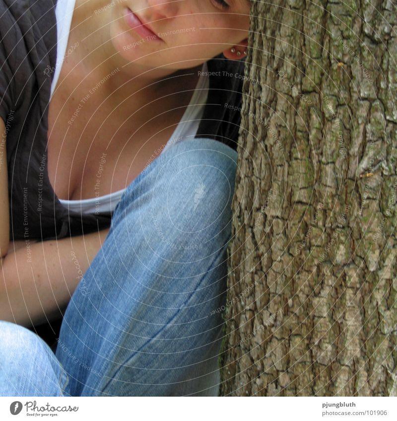 zweifel Frau Baum ruhig Einsamkeit feminin Gefühle Wärme Denken Stimmung Trauer Ende Trennung Verzweiflung Schwäche Strebe anlehnen