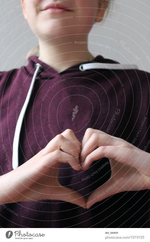 Ein Herz mit den Händen formen Mädchen Jugendliche Leben Hand Finger 1 Mensch 8-13 Jahre Kind Kindheit 13-18 Jahre Pullover authentisch Fröhlichkeit trendy