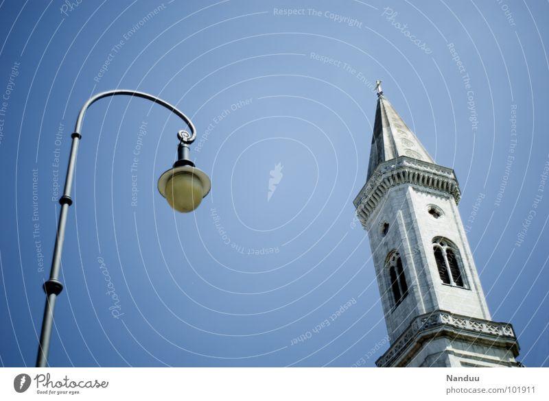 Sagt die Laterne zum Turm... Himmel blau Sommer oben Religion & Glaube Lampe hell Deutschland Beleuchtung Rücken hoch Dach München historisch