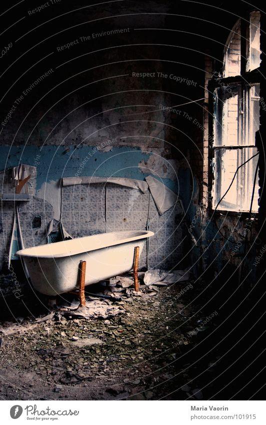 Bad Chaos Raum verwüstet chaotisch dreckig Badewanne rustikal Rost Bauschutt Müll Tapete kaputt Trauer Einsamkeit unordentlich schädlich gruselig Fenster Wäsche