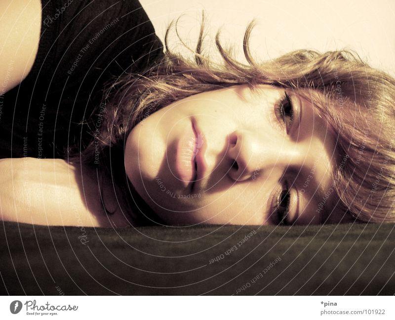 emotion Frau Gesicht Ferne Gefühle Wärme Traurigkeit Denken Trauer Physik nah Schmerz Gedanke Liebeskummer Selbstportrait verlieren