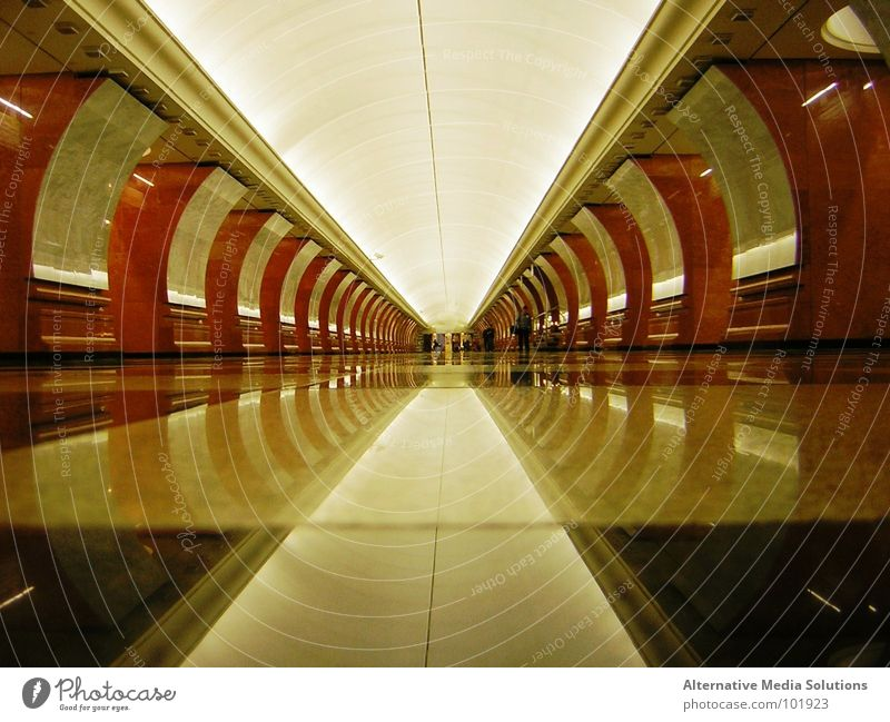 Moskau Ubahn U-Bahn Tunnel Reflexion & Spiegelung Symmetrie Ferne Russland