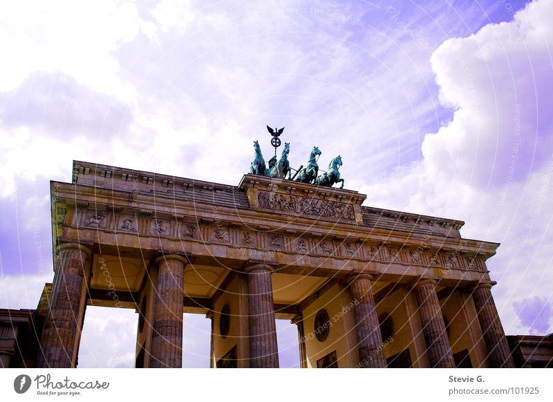Berliner Pferdetour Froschperspektive Gebäude Denkmal Wahrzeichen Himmel Brandeburger Tor