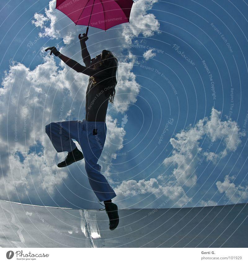 junger Hüpfer Zufall Mann Junger Mann langhaarig blond dünn Regenschirm Patron Dürre rosa weiß springen hüpfen gestikulieren Wolken himmlisch himmelblau