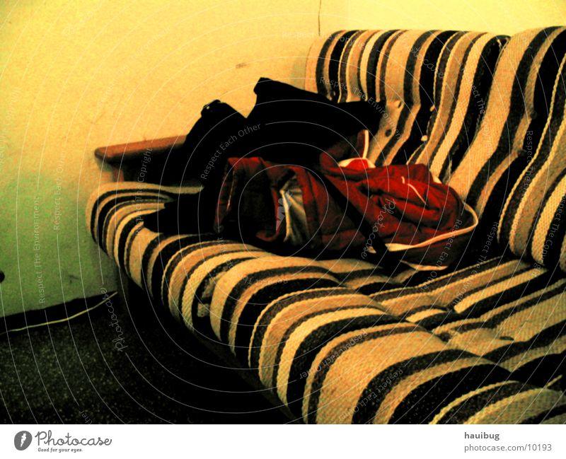 altes sofa gelb sitzen liegen Häusliches Leben Streifen Sofa bequem