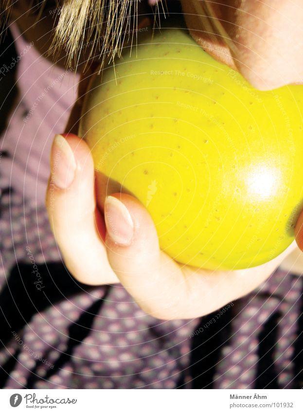 Mach ich... Mädchen Blume T-Shirt violett zielstrebig Sommer genießen Hand Frau Schwäche Bekleidung Apfel Ernährung reinbeißen Entschlossenheit festhalten Arme