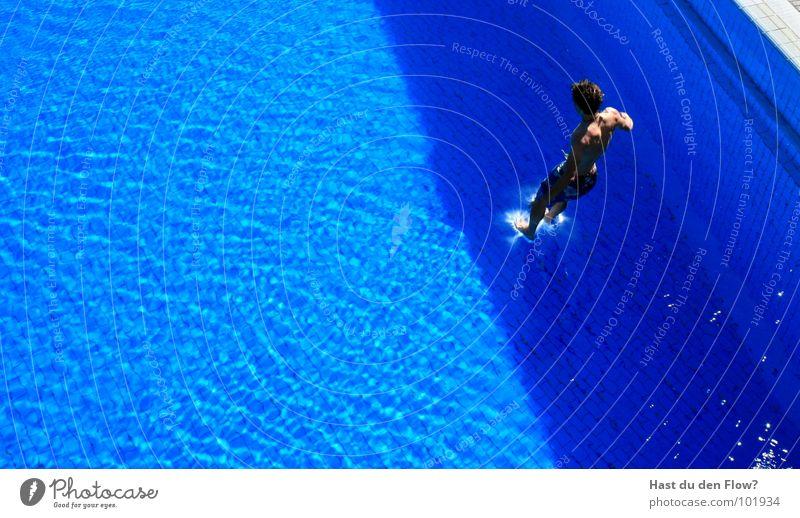 Wasserläufer Mann Wasser blau grau springen orange braun Wellen nass Geschwindigkeit Schwimmbad tauchen Fliesen u. Kacheln stark Mut Typ