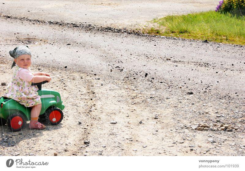 Wo geht's hier zur Autobahn? Mädchen Kind Bobbycar falsch Kleid Kopftuch Führerschein Bauernhof Tankstelle mehrfarbig Ferien & Urlaub & Reisen Sommer süß