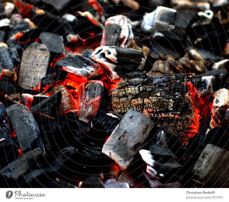 It's Hot Kohle Glut Brand Feuer Grillen schwarz Strukturen & Formen weiß rot heiß Wärme Energie Sommer Stein Mineralien Heiße - Kohle Rus Brandasche grilled
