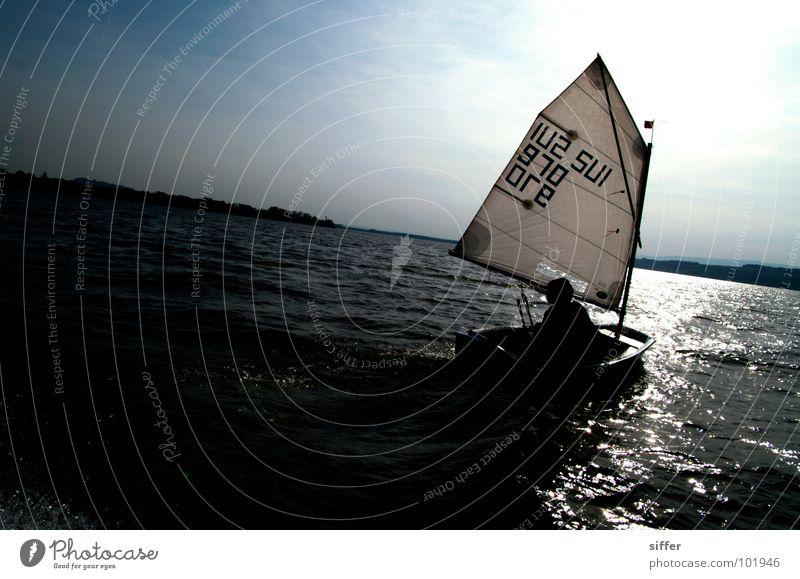 davon segeln Himmel blau Wasser Ferien & Urlaub & Reisen weiß Sonne Meer schwarz dunkel Sport Spielen See Wasserfahrzeug gehen Wind dreckig