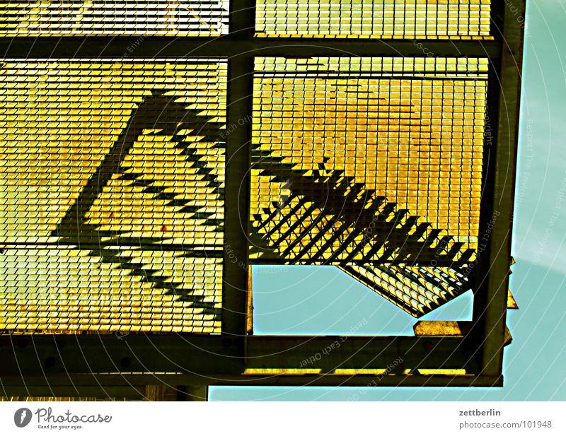 Balkon {m} = balcony Gitter Pferch Rampe verladen Eisen Raster Froschperspektive Detailaufnahme Vergänglichkeit obskur gutter Rost Schatten