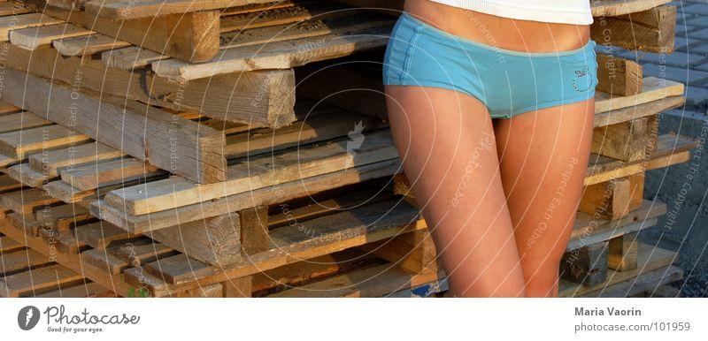 heiß, heißer, Europalette Frau Erotik Arbeit & Erwerbstätigkeit Beine Güterverkehr & Logistik Baustelle heiß Handwerk Stapel Bauarbeiter Arbeiter verführerisch Paletten Mensch Abendsonne Hotpants