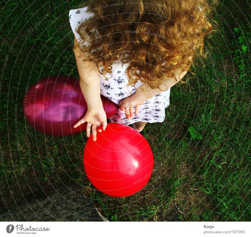 Mausejule Mädchen rot grün Gras blond Spielen Sommer Locken Freizeit & Hobby Stimmung Leben Kind verstecken Freude Feste & Feiern Natur Luftballon