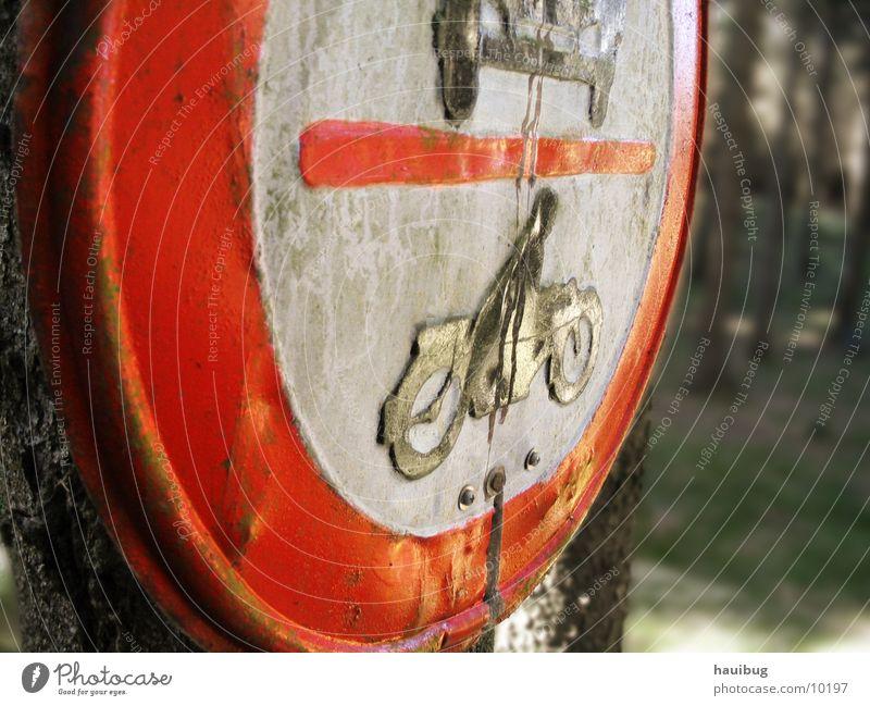 Schild im Wald Verkehr Verkehrsschild Verbote Motorrad Schilder & Markierungen PKW