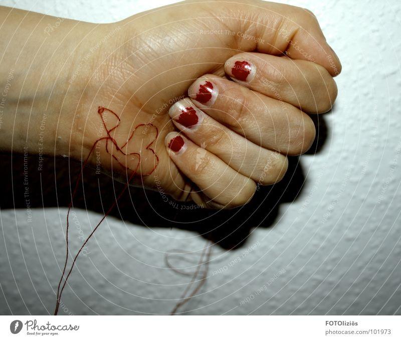 wenn liebe unter die haut geht Liebe Zuneigung Trauer Schmerz Nadelstich Nähen Nähmaschine Nähgarn rot stechen hängen Hand Handfläche Puls Gelenk Finger