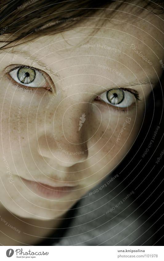 auf ein letztes... Frau Jugendliche grün Gesicht Erwachsene Auge Haut Junge Frau 18-30 Jahre Punkt Sommersprossen fixieren dunkelhaarig
