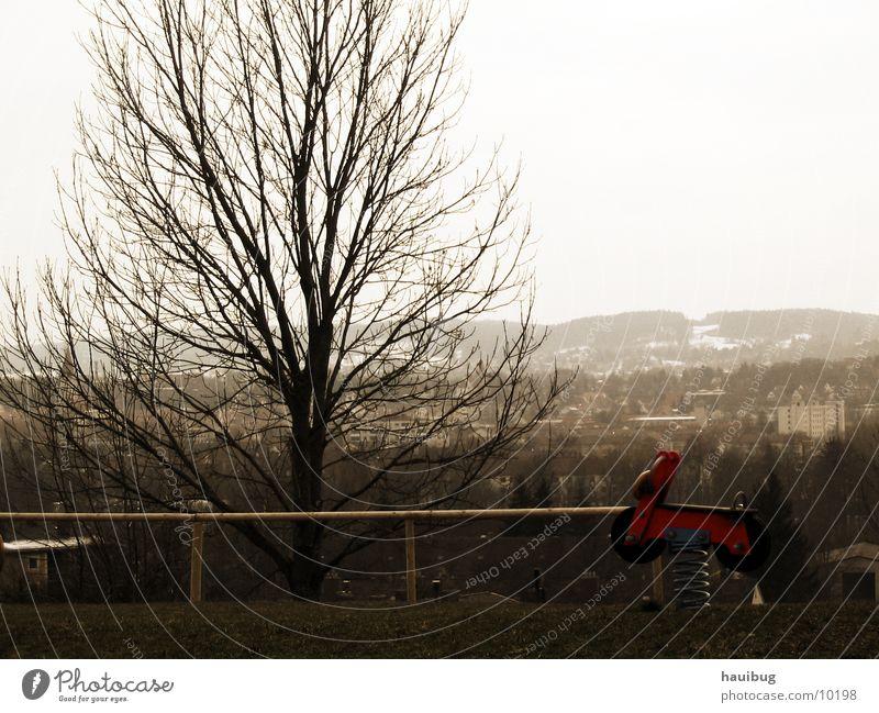 Rote Biker-Schaukel Spielplatz Motorrad Baum rot Natur Aussicht Sepia