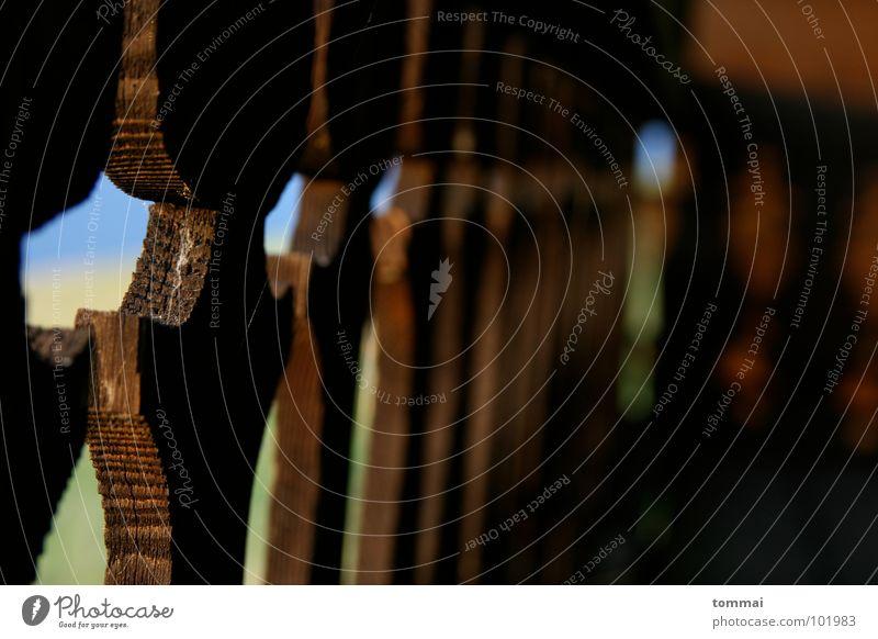 In Reih und Glied Mann Sommer schwarz Berge u. Gebirge Landschaft Holz braun Dekoration & Verzierung Balkon Reihe Geländer Terrasse Momentaufnahme Lichtspiel