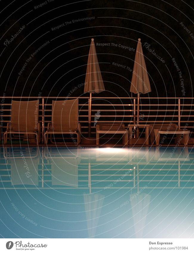 One Night at the pool Stil Erholung ruhig Schwimmbad Freizeit & Hobby Ferien & Urlaub & Reisen Sommer Wärme heiß Einsamkeit Sonnenschirm Mallorca Liege Physik