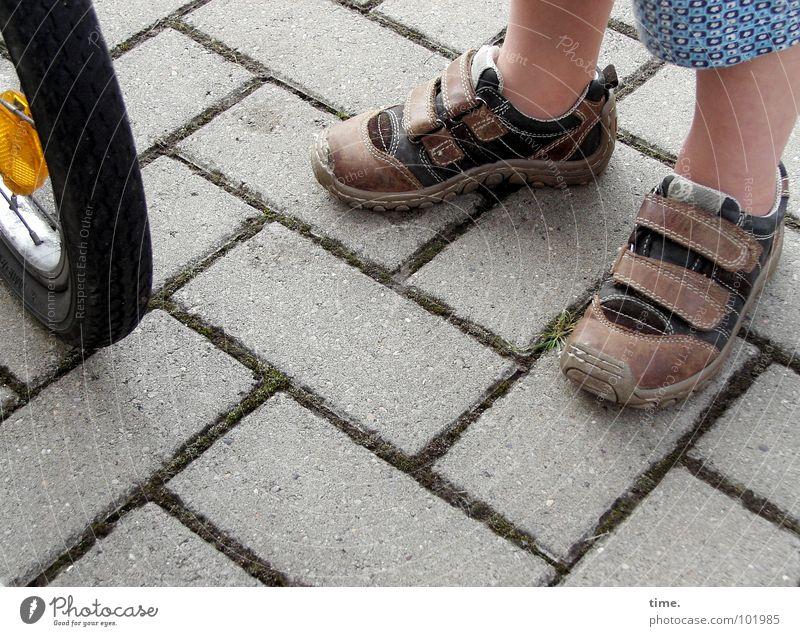 Letzte Ölung Freude Spielen Junge Fuß Schuhe Fahrrad Ausflug Hose Verkehrswege Lust Erwartung Furche Shorts Bodenplatten Wade Speichen