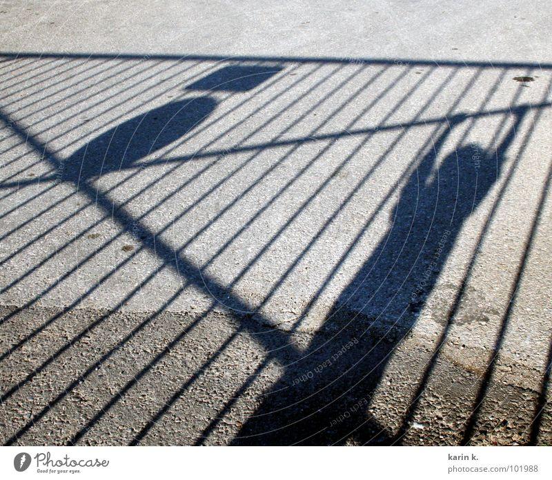 abhängen Kind Erholung Junge Arme Asphalt Zaun hängen Schattenspiel