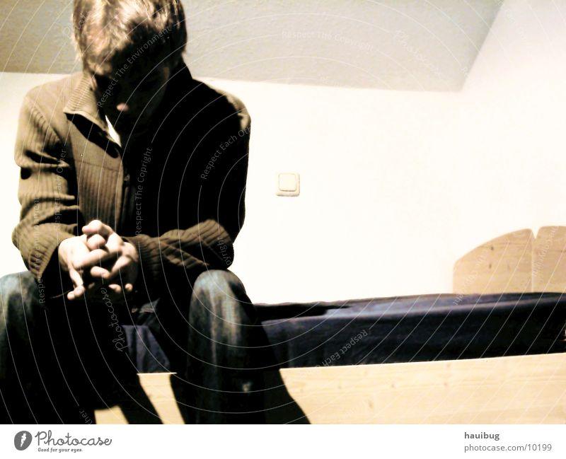 zum Nachdenken Denken Trauer Mann Bett Traurigkeit Mensch sitzen