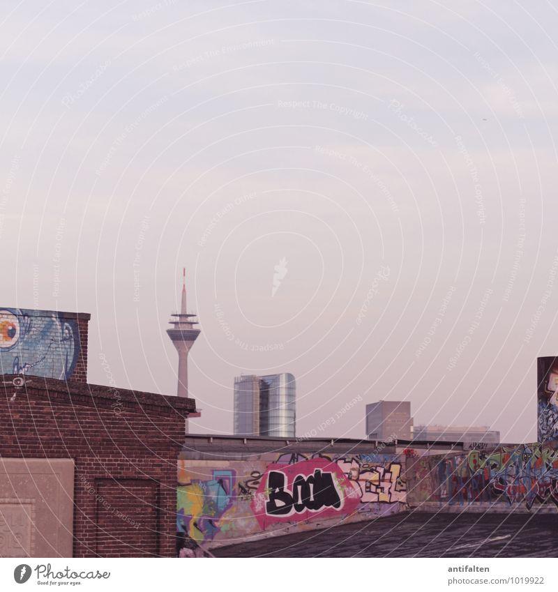 Kein Schickimicki in Sicht Stadt blau Winter Graffiti Herbst Architektur außergewöhnlich braun Kunst Design Hochhaus Vergänglichkeit Dach Wandel & Veränderung