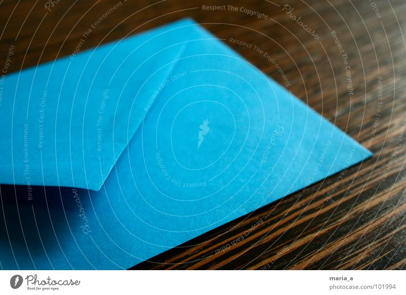 Blauer Brief blau Holz braun Angst Tisch Papier Ecke Kontakt schreiben E-Mail Post Ärger Maserung Briefumschlag senden
