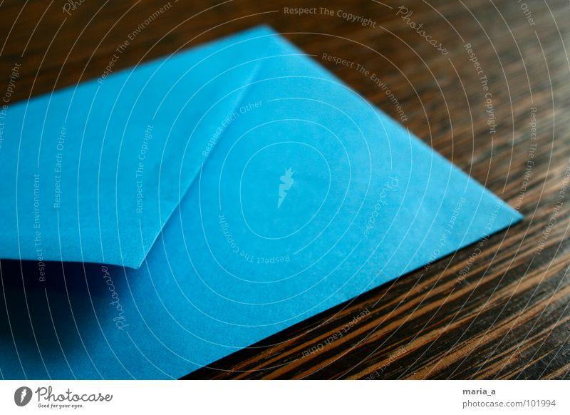 Blauer Brief blau Holz braun Angst Tisch Papier Ecke Kontakt schreiben Brief E-Mail Post Ärger Maserung Briefumschlag senden