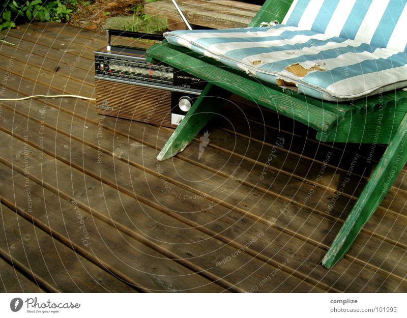 just hanging around alt Sommer Erholung See Wellness Stuhl Freizeit & Hobby Liege Sonnenbad Radio Sitzgelegenheit Sessel Siebziger Jahre Liegestuhl altehrwürdig