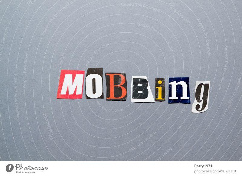 Mobbing. Aus Zeitung ausgeschnittene Buchstaben auf neutral, grauem Hintergrund. Schule Arbeit & Erwerbstätigkeit Zeichen Schriftzeichen Typographie Stress