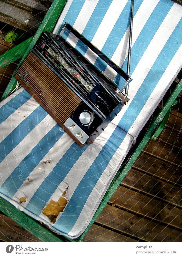 relax Wellness Erholung Sommer Sonnenbad Sessel Stuhl Musik Konzert Radio See Holz Streifen träumen beweglich Pause Liege Finnland Skandinavien Sonnendeck