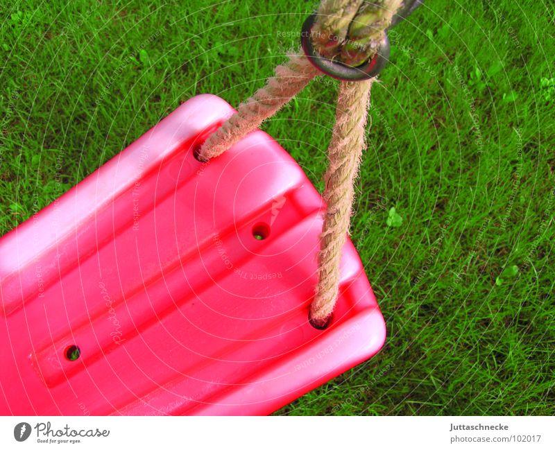 Verlorene Kindheit grün rot Sommer Freude Wiese Spielen Gras Garten Seil Kunststoff Erinnerung Schaukel Spielplatz Kinderspiel Turnen