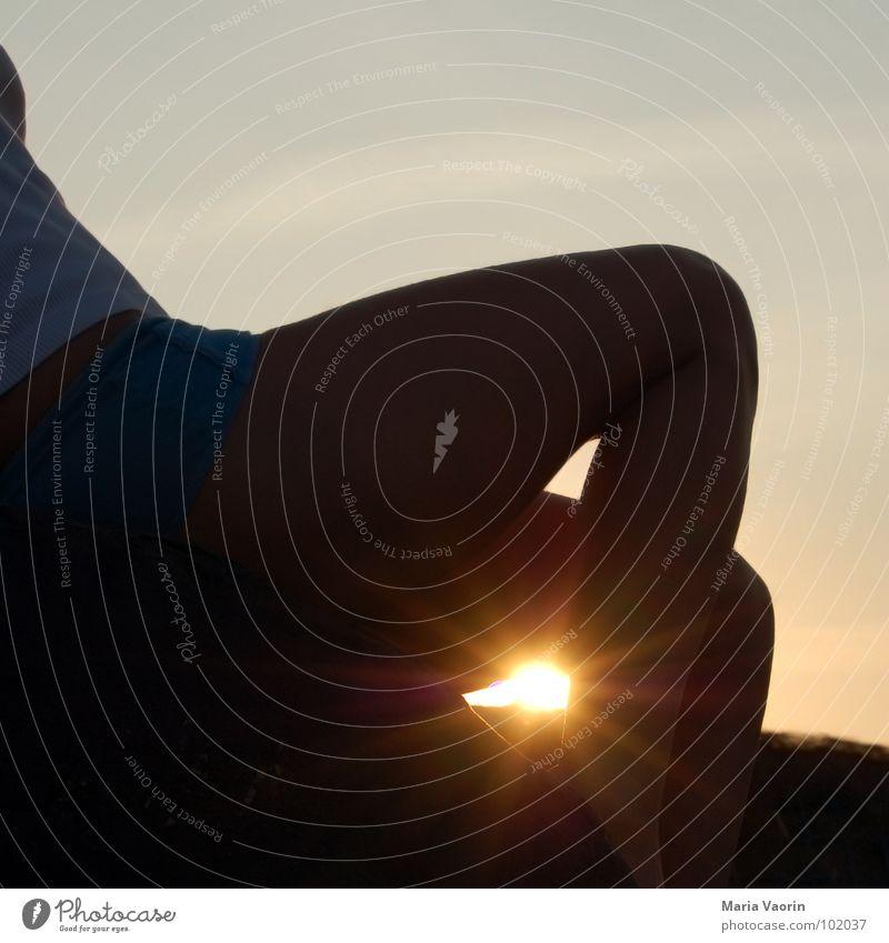 Sommer, Sonne, Sonnenschein Frau Himmel Erholung Gefühle Beine Sonnenbad Himmelskörper & Weltall Abendsonne Sommergefühl