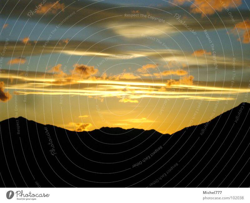 Sonnenuntergang auf Neuseeland Nr.2 Wolken Abendsonne Licht gelb schwarz Abenddämmerung Himmel Farbe Himmelskörper & Weltall Berge u. Gebirge Wind blau wehen