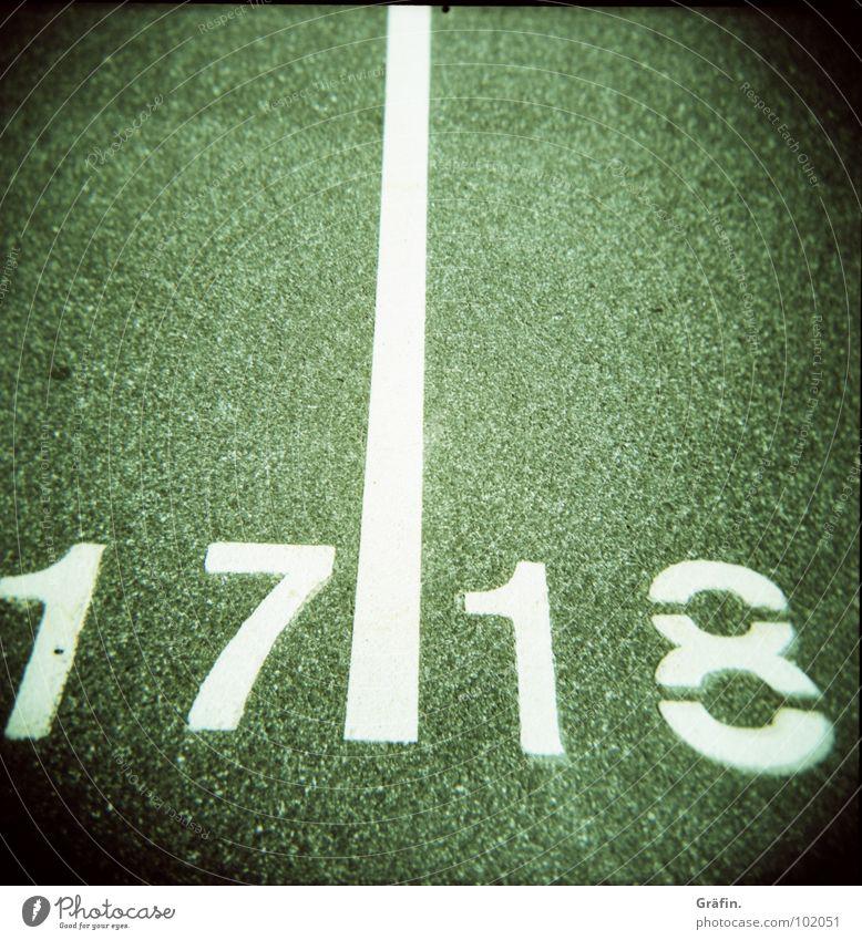 Parkplatznummern 17 18 weiß Ziffern & Zahlen Holga Sommer Linie Fahrbahnmarkierung Quadrat Verkehrswege Lomografie Straße Straßenbelag Bodenbelag weiße Farbe