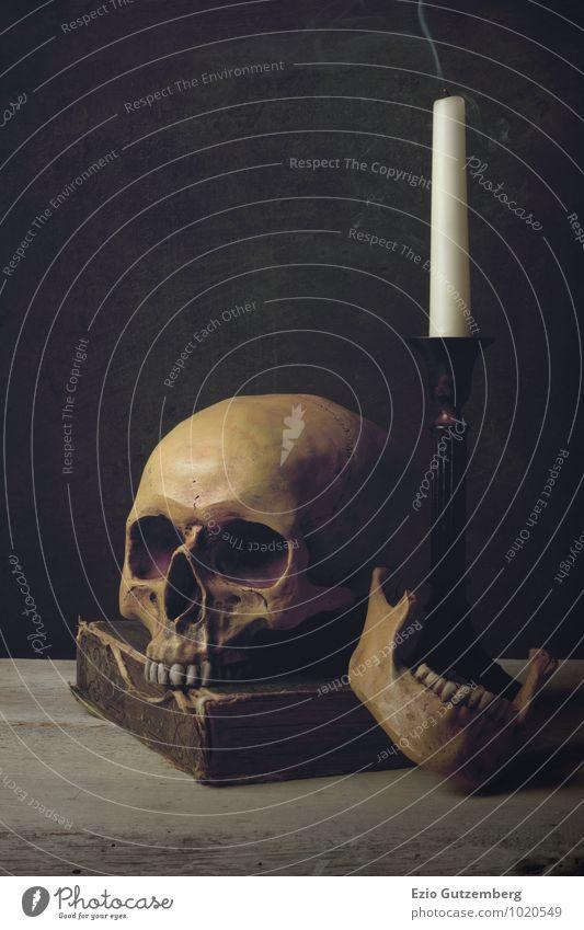 Vanitas with Skull, Candle and Book Mensch alt grün schwarz dunkel gelb Leben Tod Hintergrundbild Kunst Kopf ästhetisch bedrohlich Vergänglichkeit retro Trauer