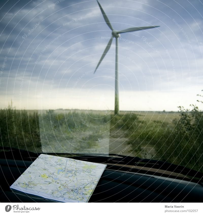 Schatz, ich glaub wir haben uns verfahren! Ferien & Urlaub & Reisen Autofahren Pause Landkarte dunkel Wolken schlechtes Wetter Unwetter Propeller
