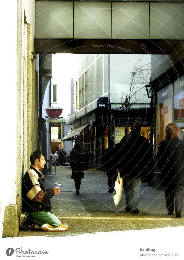 Einsam in der Straße#2 Mann Einsamkeit Denken Arme leer Ecke Bettler
